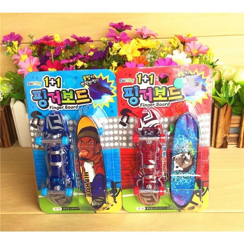 2 Pcs/Set Mini Finger Scooter Children's  Toys Fingertip Sports Finger Skateboards Goodie Bag Gifts (LED Light)